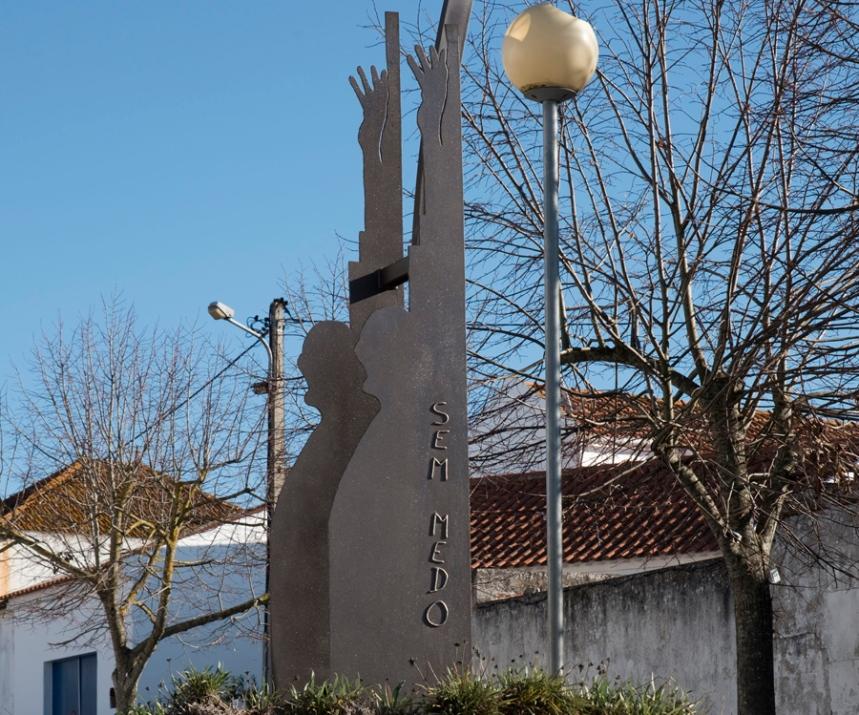 Monumento evocativo de Humberto Delgado junto da casa