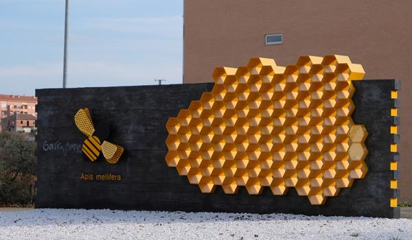 """Escultura evocativa da """"Capital do Mel"""""""