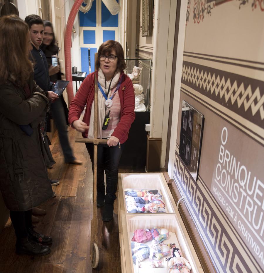 Teresa Alhais no corredor com um brinquedo