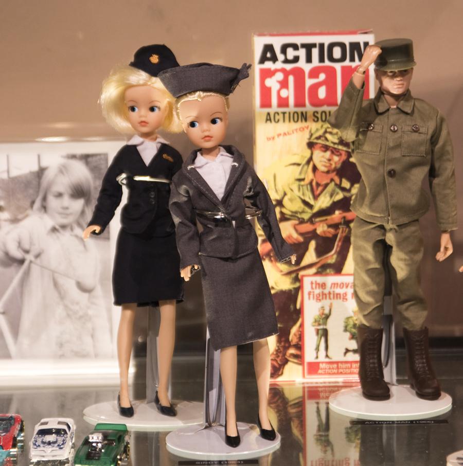 Brinquedos em exposição. Outros são para brincar