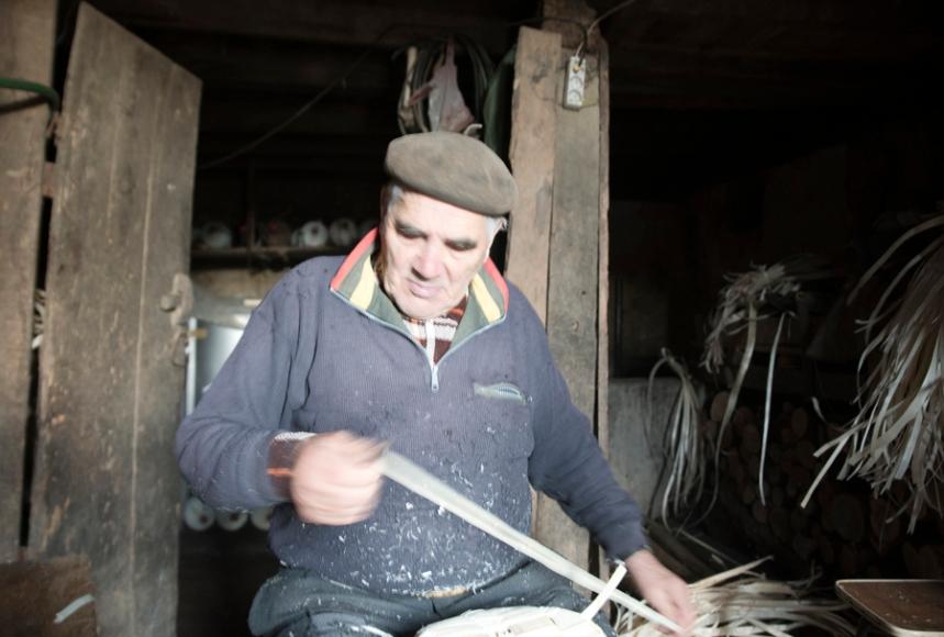 Trabalhou a matéria prima e agora monta a cesta