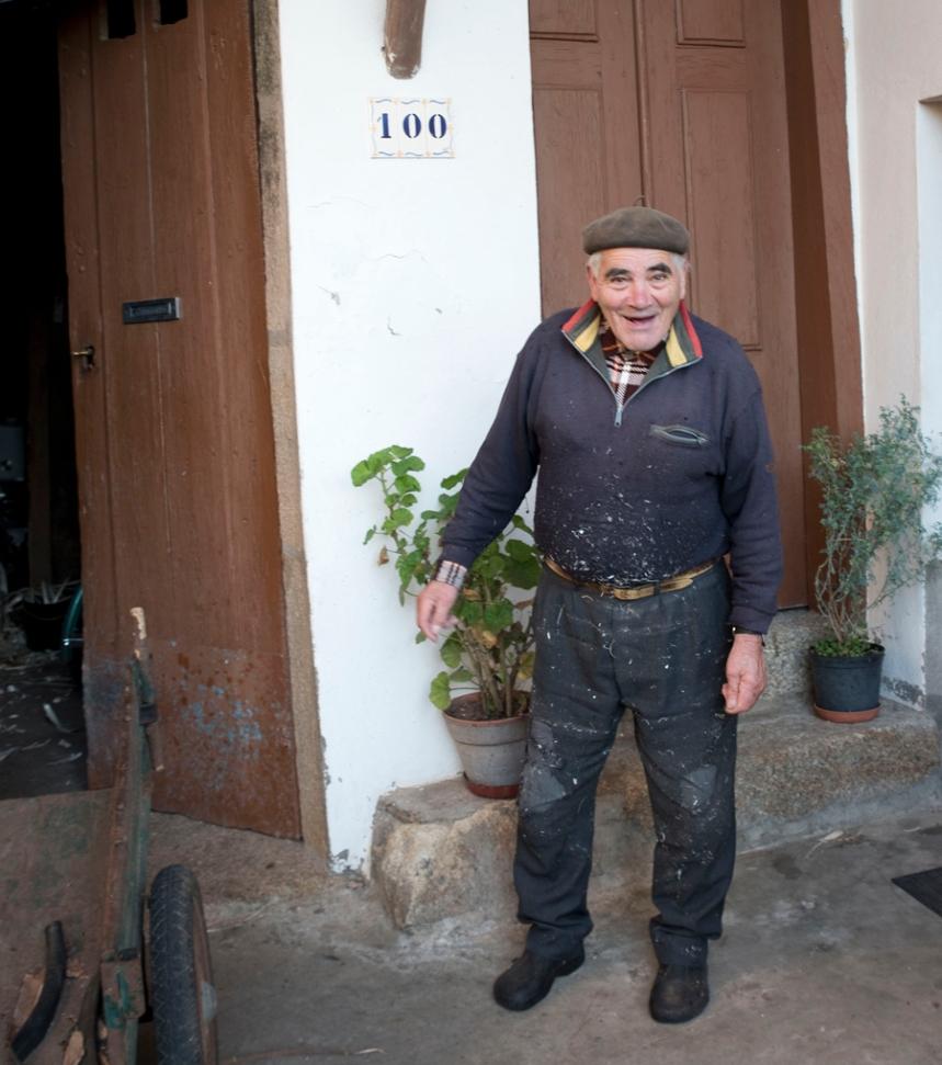 João Patolas junto ao anexo da casa onde trabalha em Nandufe