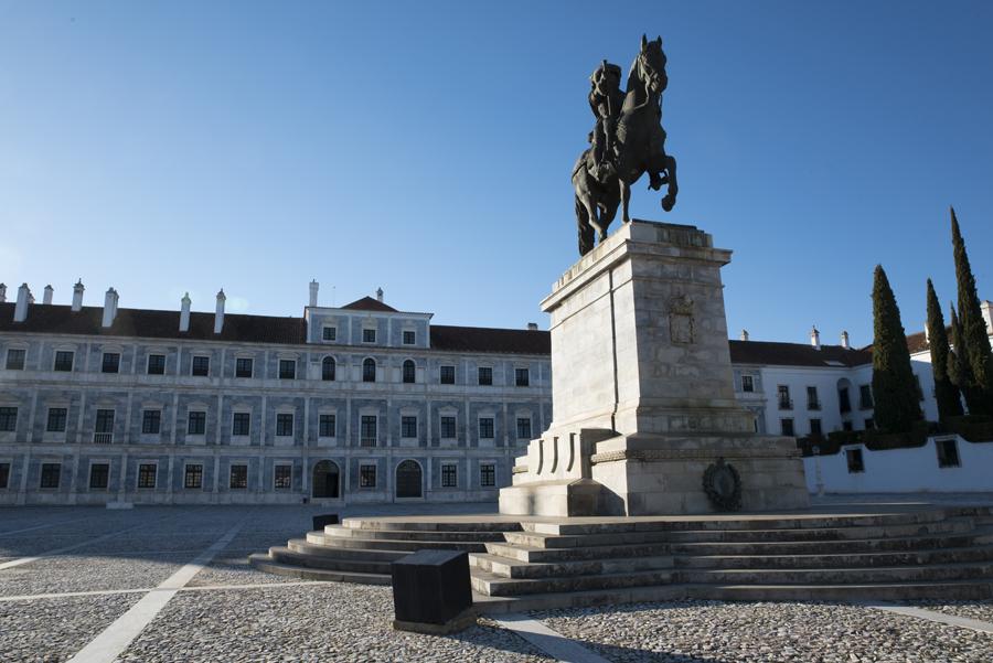 Estátua e fachada do Paço Ducal