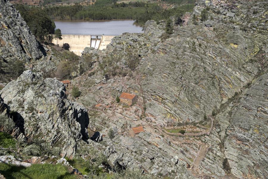 As escarpas, a barragem e os moinhos