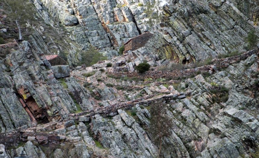 Vista para os moinhos do lado da barragem
