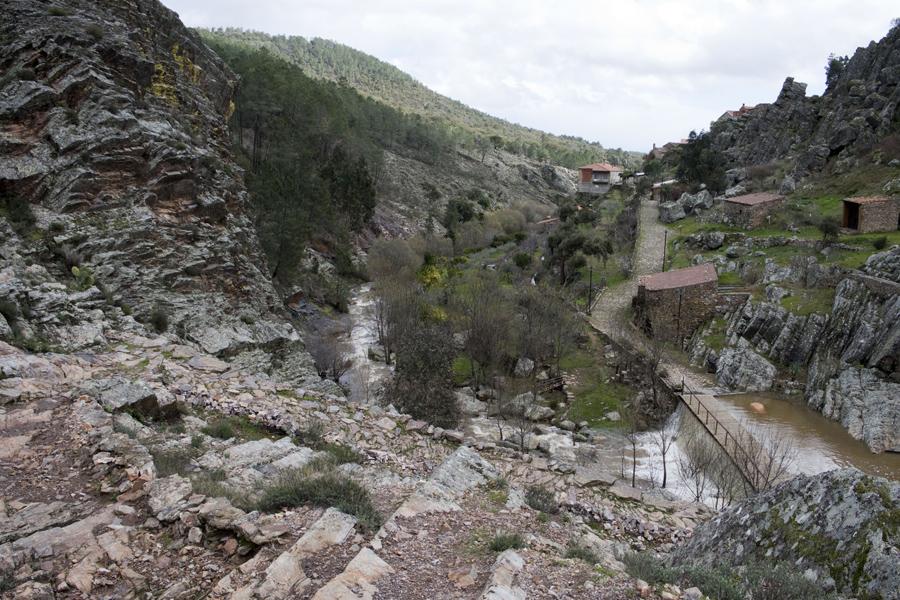 Vista do vale com o rio e os moinhos e o dominio do xisto