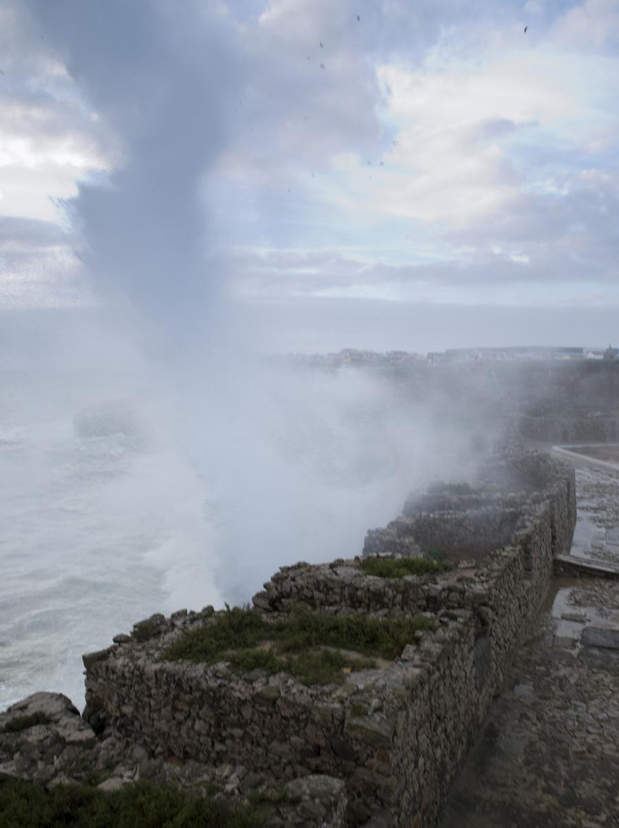 Frequentemente o mar está bravio e verifica-se facilmente na Fortaleza