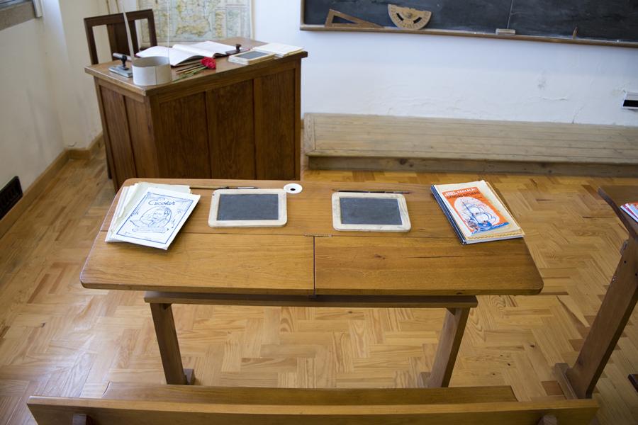 Cadeiras com tinteiro e materiais escolares