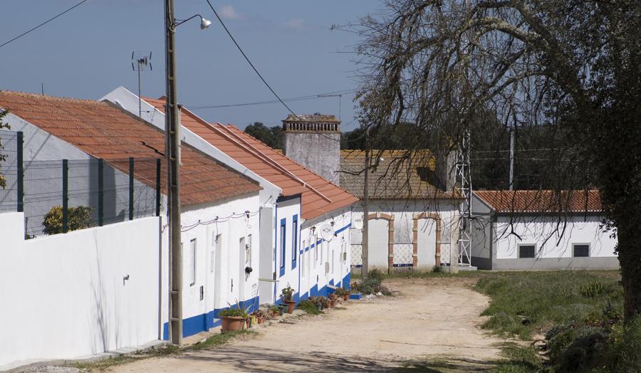 Estação do caminho de ferro no final da rua