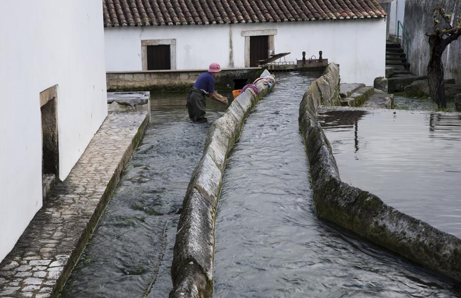Água que corre junto à fonte