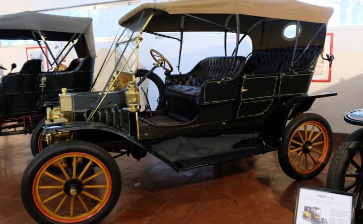 Um dos automóveis antigos