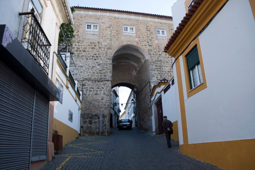A rua passa pela Porta da Deveza