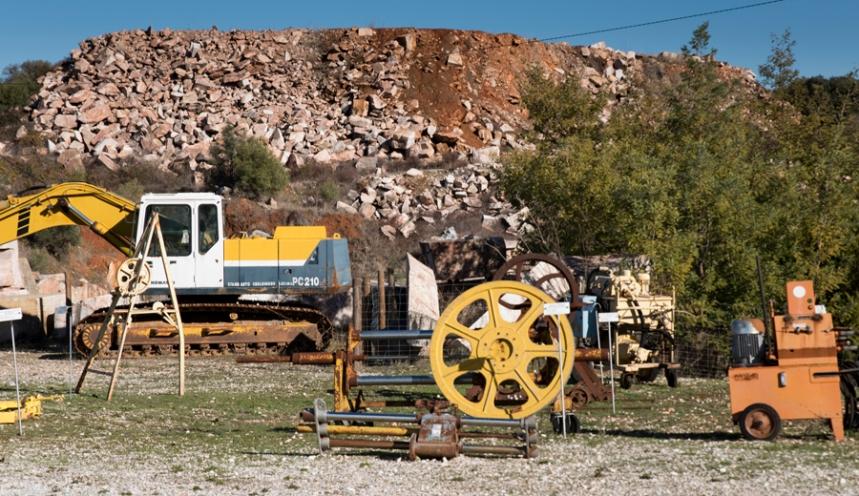 Instrumentos e máquinas junto à pedreira no Museu