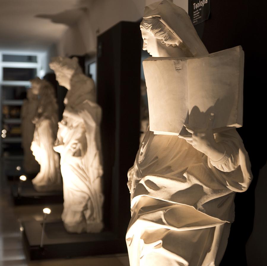 Várias estátuas num corredor