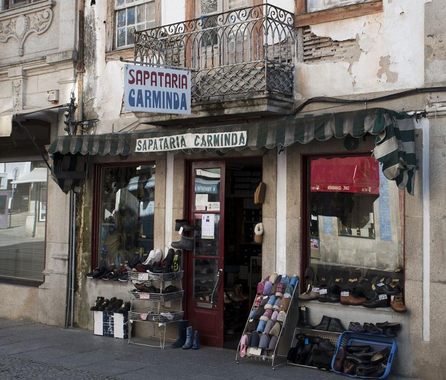Outra loja de comércio tradicional na rua Direita