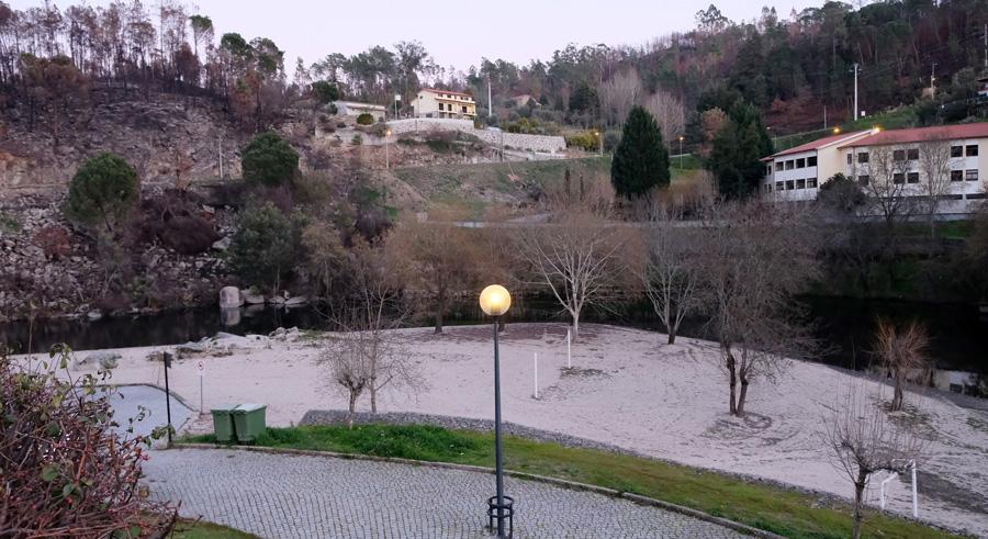 Os incêndios destruiram parte da floresta envolvente da aldeia