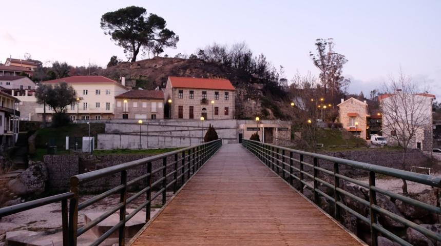 Ponte pedonal e casas de pedra