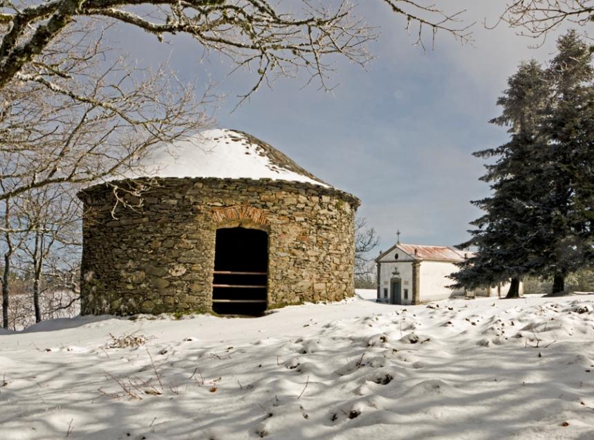 Um dos poços de neve próximo da capela de Santo António ©Jorge Nunes