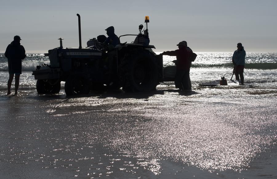 Trator pessoal do grupo de pescadores aguarda a chegada do barco
