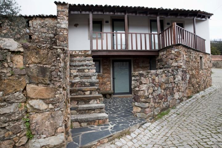 Casa tradicional recuperada para habitação nos dois pisos
