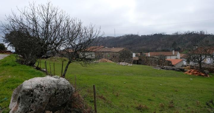 Casas rodeadas de serras