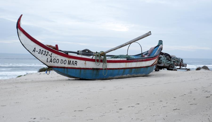 Barco junto à praia
