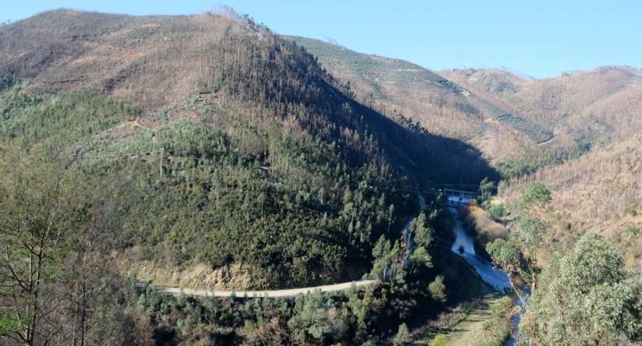 Serras, vales profundos e a ribeira. Noutro casos é o Zêzere
