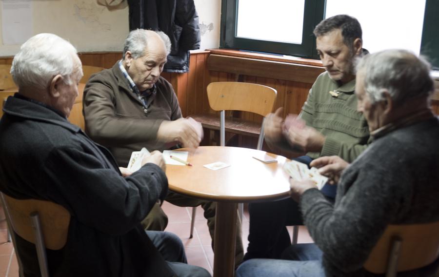 Um jogo de cartas na Associação