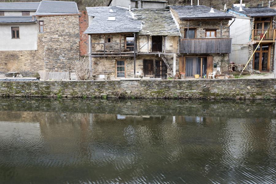 O rio é o elemento natural que estrutura a aldeia