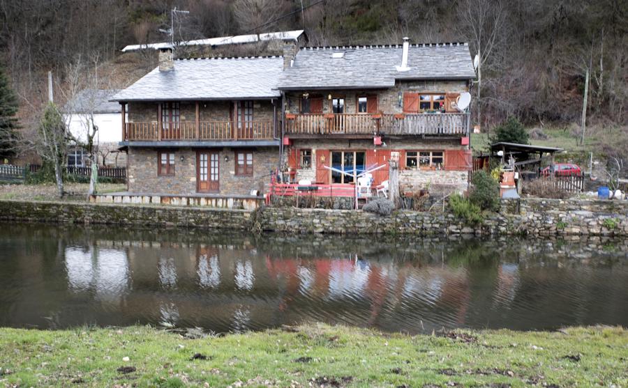 As casas tradicionais e o rio