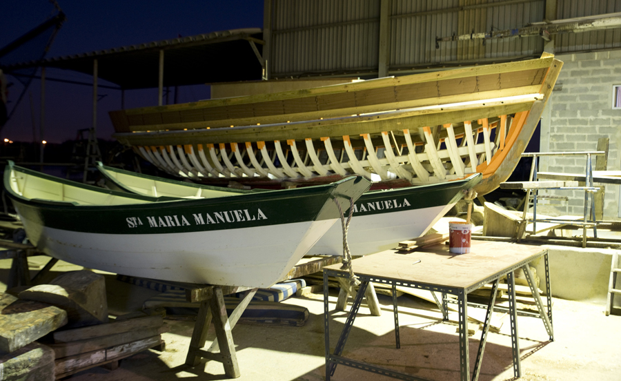Barcos em reparação e construção em madeira