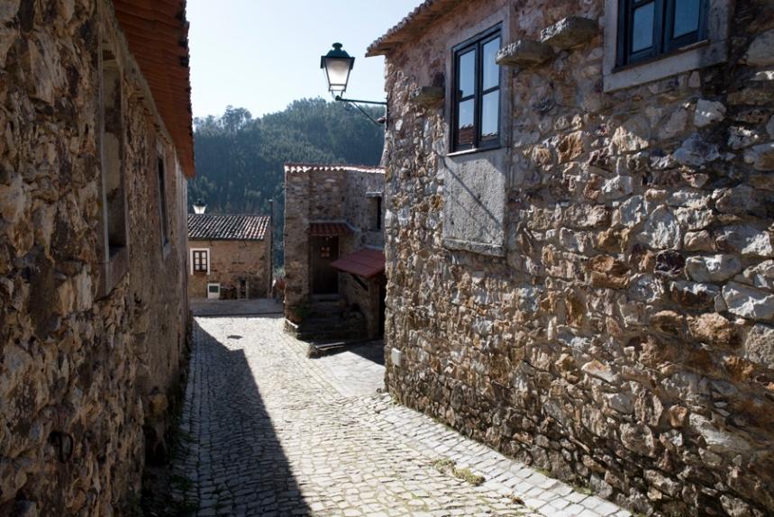 A rua principal com casas restauradas