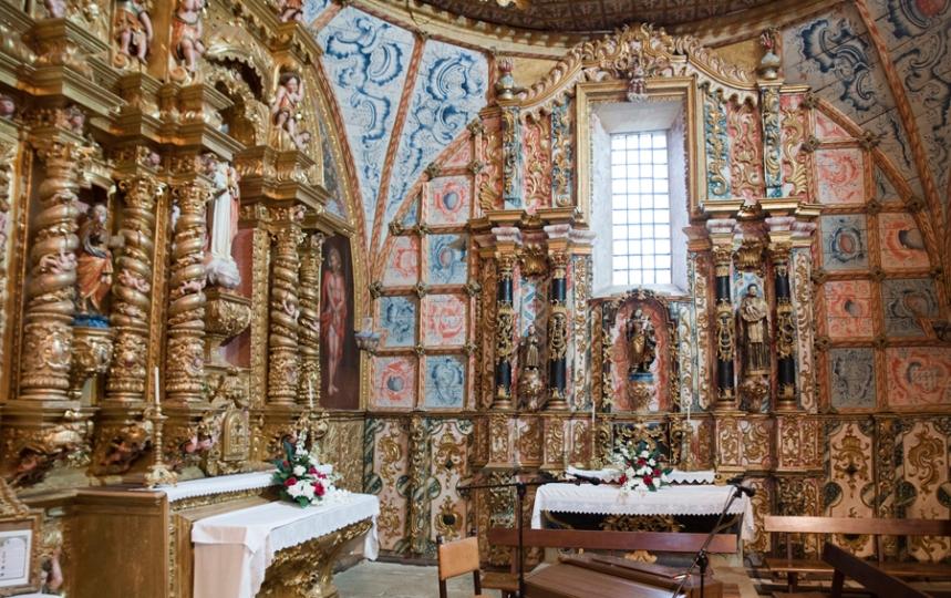 Interior da Basílica com talha dourada e pinturas