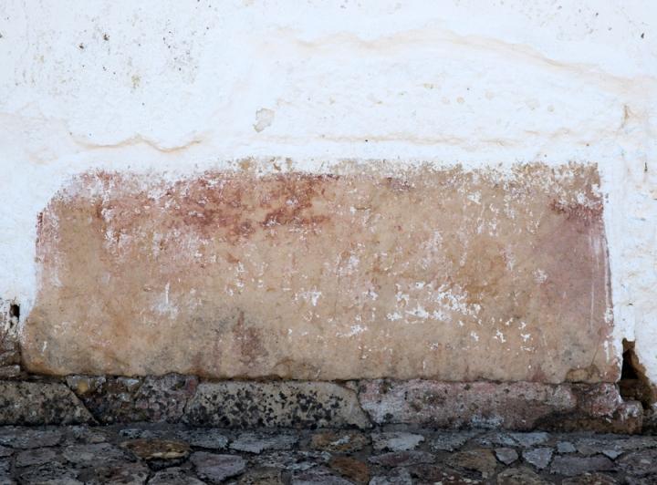 Inscrições numa pedra que foi aproveitada para o muto da capela