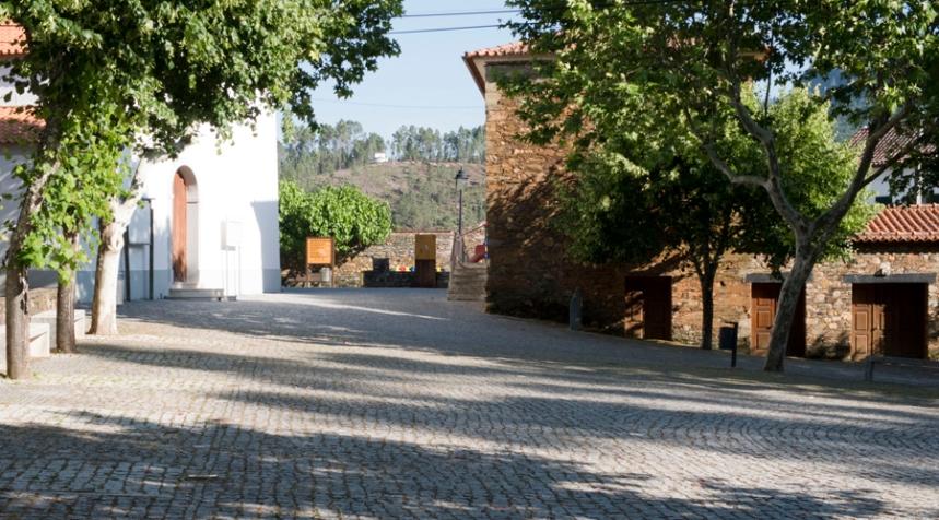 Casas de xisto junto à igreja