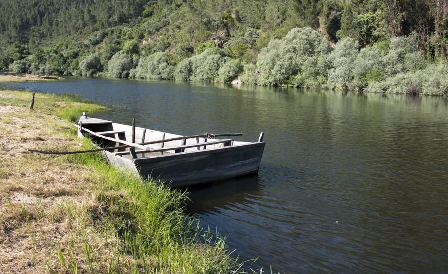 Barca na praia fluvial