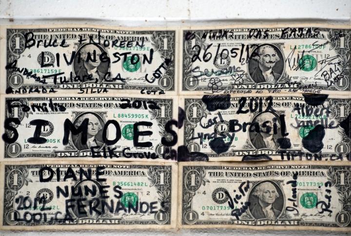 Notas nas paredes do Café Nunes
