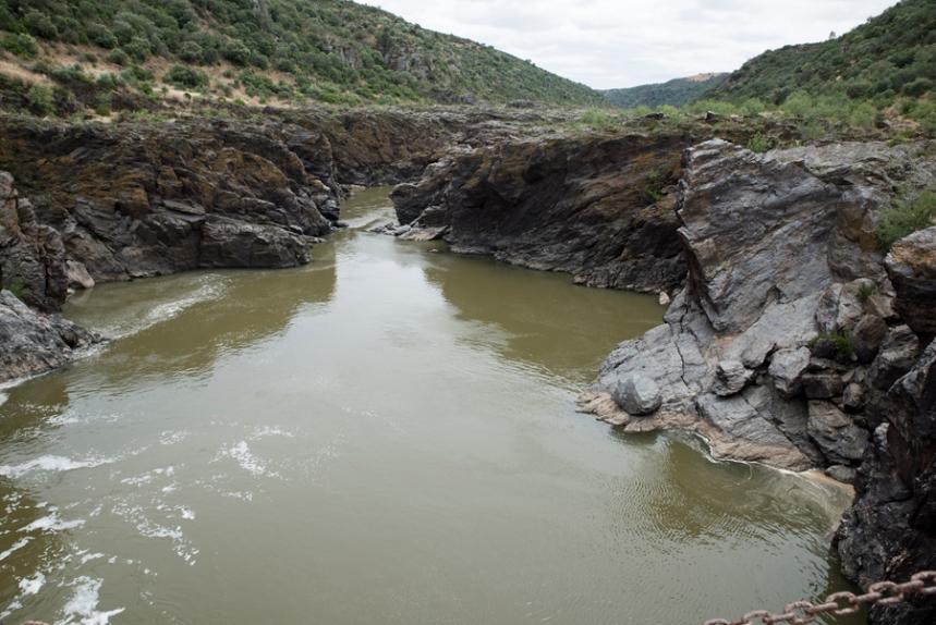 O Guadiana depois das cataratas e envolvido pelo leito rochoso
