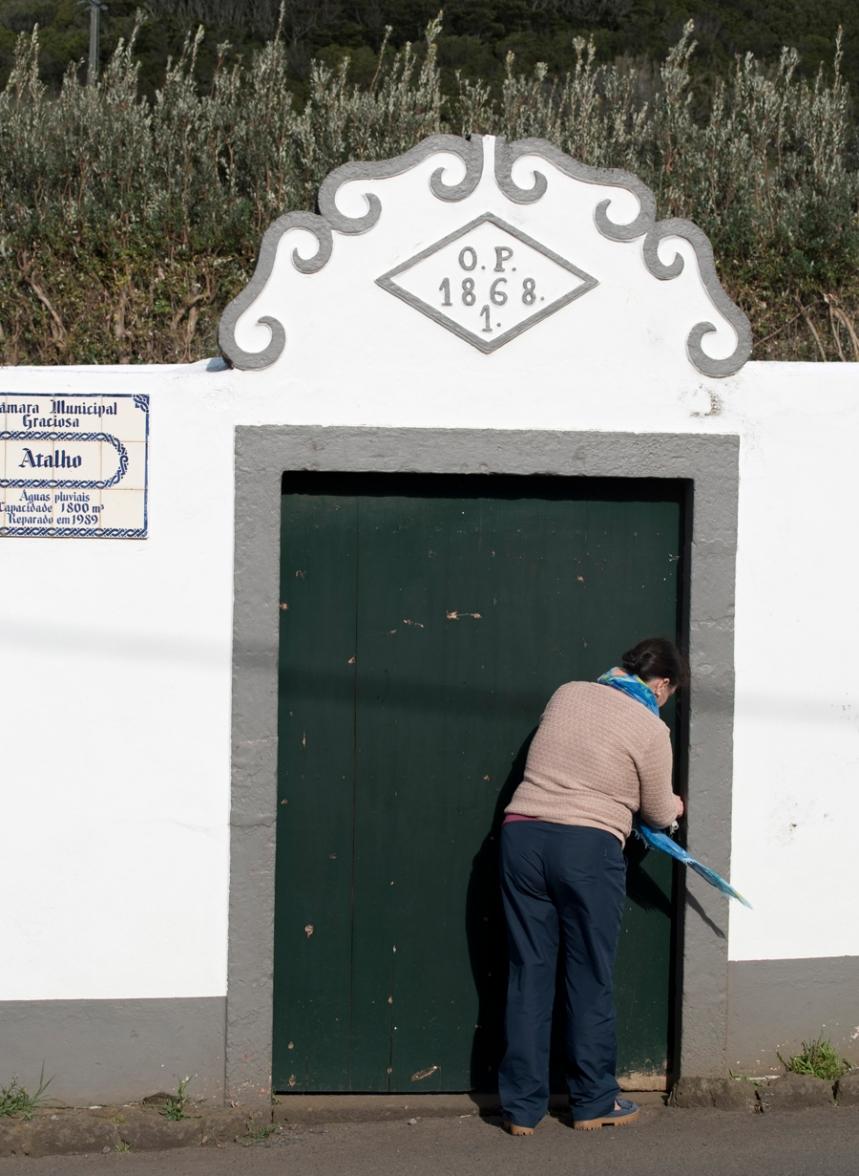 Lizete Albuquerque a abrir a porta do reservatório