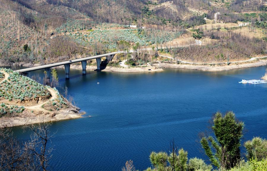 Ponte rodoviária junto a Álvaro