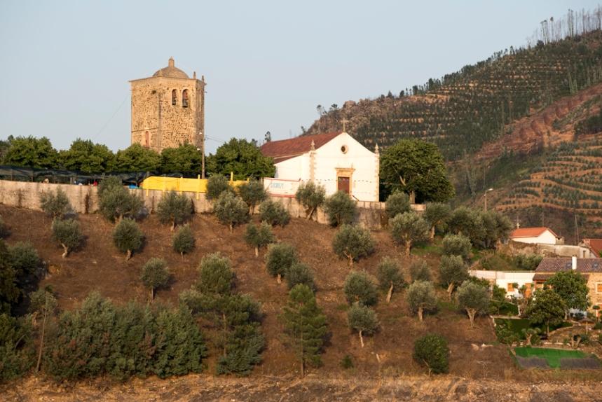 Torre templária ao lado da igreja