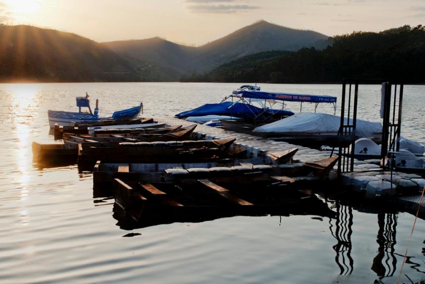 Cais com barcos tradicionais e de turismo