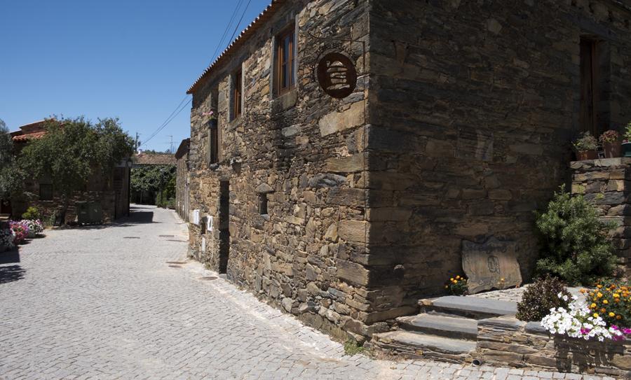 Rua principal com a Loja de Xisto e o restaurante