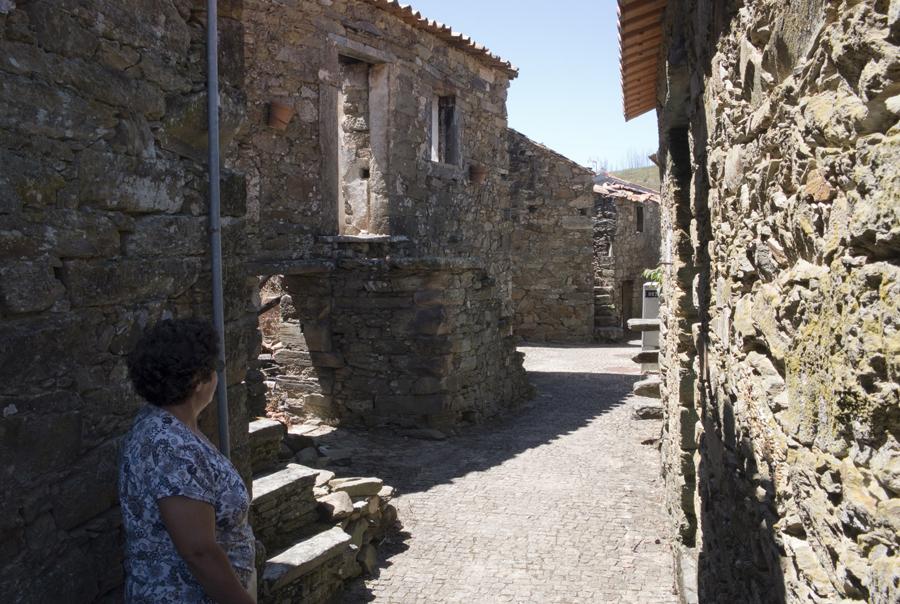 Algumas das casas abandonadas ou devoradas pelo fogo