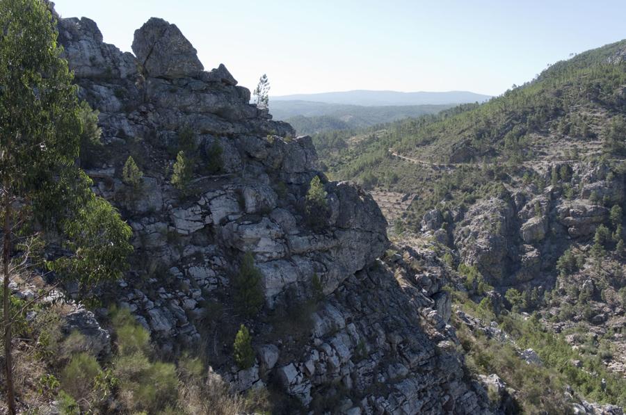 As escarpas da Serra das Talhadas no vale onde passa o rio Ocreza