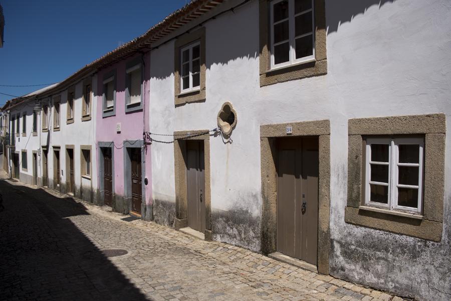 Casas de granito numa das ruas