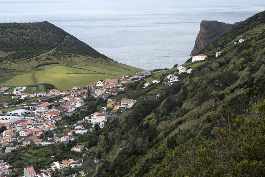 A ilha de S. Jorge tem poucas zonas planas para a agricultura