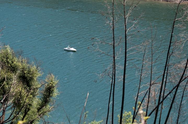 Barco no Zezere em frente a Álvaro
