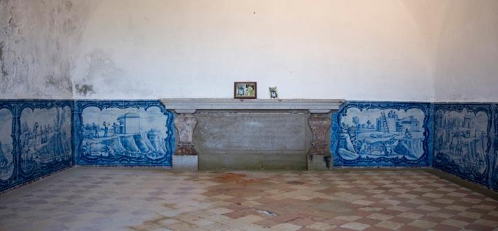 Paineis de azulejos no interior da Ermida da Memória