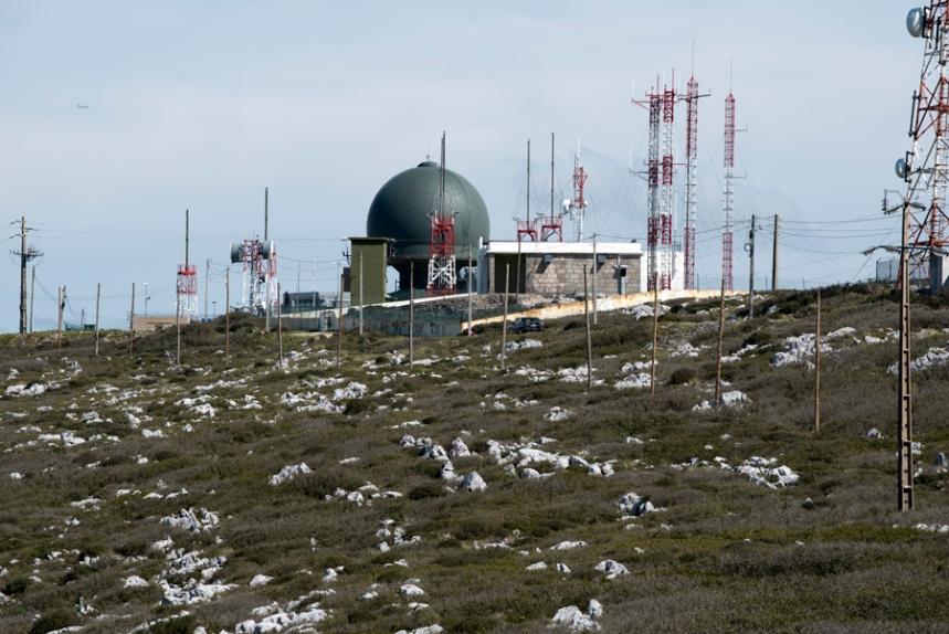 Emissores e radares no topo da serra
